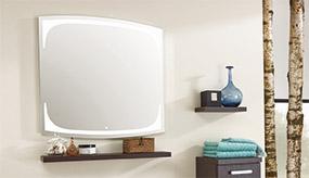 Badspiegel und Steckboard-Ablage